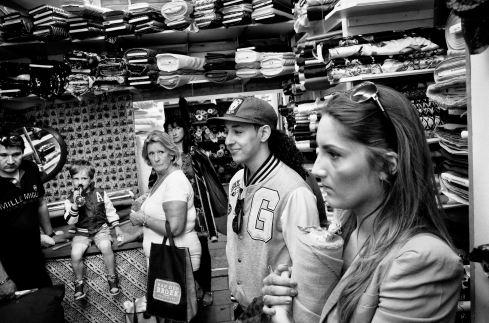 Photo Kadir van Lohuizen / Noor .Hamza Rarhib et son amie Gigi au marché Albert Cuyp à Amsterdam.