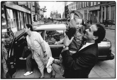 Photo Kadir van Lohuizen / NOOR Famille Rharib - 1993; Hamza dit au revoir à son oncle avant le départ annuel pour le Maroc.