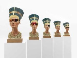 « Mach dich hübsch      » (fais-toi belle), kopies du buste de Nefertiti « travaillés » par Isa Genzken