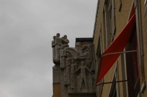 Groupe de sculptures de Hildo Krop; façade Berlage Lyceum, architecte Arend Jan Westerman