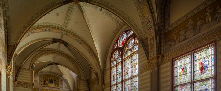 La grande salle où se trouvent les vitraux de Rembrandt et de Lucas van Leyde